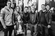 v.l.n.r.: RB-Spieler Stefan Ilsanker, Fotokünstlerin Katja Kupfer und Tochter, RB-Spieler Dominik Kaiser, Maler Hans Aichinger und Rigo Schmidt. Foto: Florian Pappert